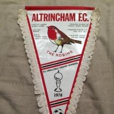 Coleccionismo deportivo: ALTRINCHAM F.C. RARO BANDERÍN, FUTBOL INGLATERRA, THE ROBINS, 1978, MIDE 31CM. Lote 75869927