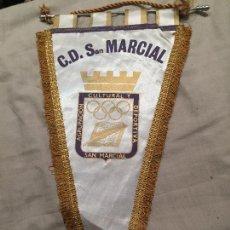 Coleccionismo deportivo: CD SAN MARCIAL DE LARDERO, LA RIOJA. ANTIGUO BANDERÍN DE FUTBOL, GRANDE, 45CM. Lote 75872447