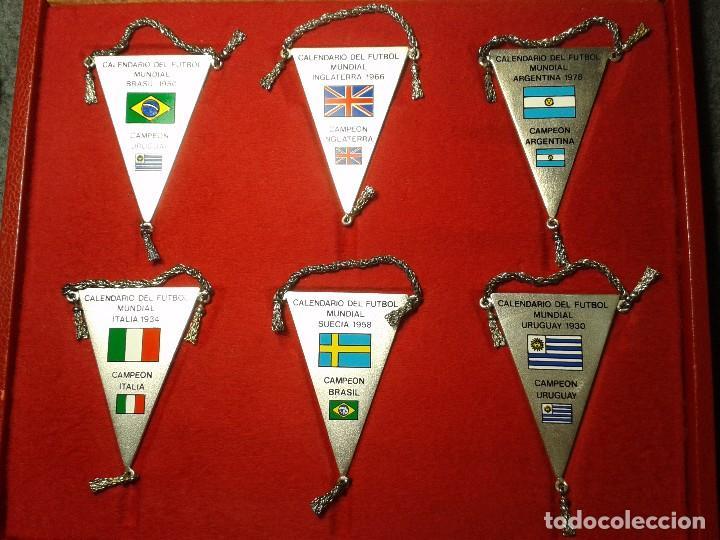 Coleccionismo deportivo: 12 BANDERINES PLATEADOS Y SERIGRAFIADOS A COLOR DE LOS CAMPEONATOS DE FÚTBOL MUNDIAL. 1930 - 1982 - Foto 4 - 80809039