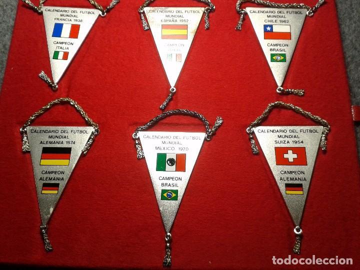 Coleccionismo deportivo: 12 BANDERINES PLATEADOS Y SERIGRAFIADOS A COLOR DE LOS CAMPEONATOS DE FÚTBOL MUNDIAL. 1930 - 1982 - Foto 5 - 80809039
