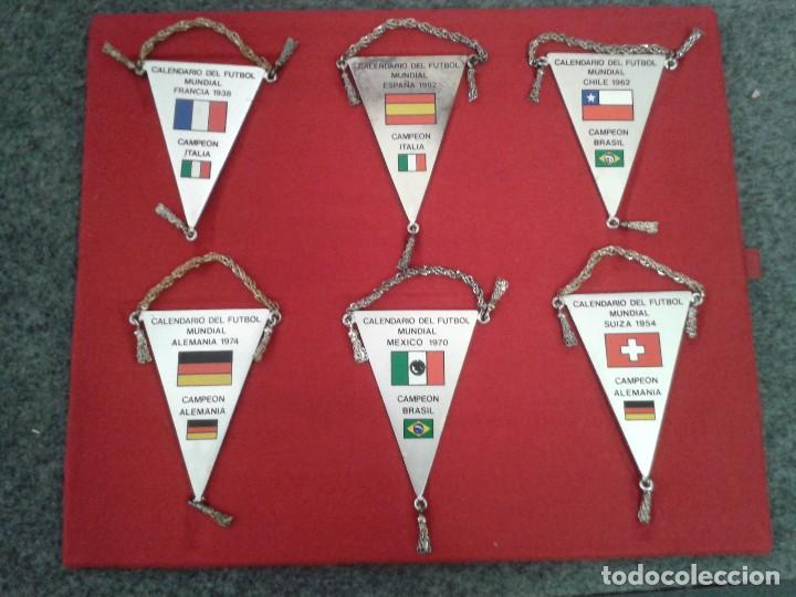 Coleccionismo deportivo: 12 BANDERINES PLATEADOS Y SERIGRAFIADOS A COLOR DE LOS CAMPEONATOS DE FÚTBOL MUNDIAL. 1930 - 1982 - Foto 6 - 80809039