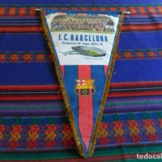 Coleccionismo deportivo: BANDERÍN F.C. BARCELONA CAMPEÓN DE LIGA 1973 1974 CON PALMARÉS DE TELA 53X33 CMS. BUEN ESTADO.. Lote 82284468