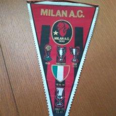 Coleccionismo deportivo: ANTIGUO BANDERÍN FÚTBOL ASSOCIAZIONE CALCIO MILAN - A.C MILÁN - CON SUS COPAS. FÚTBOL ITALIANO 31*17. Lote 84038330