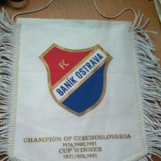 Coleccionismo deportivo: ANTIGUO BANDERÍN FC BANIK OSTRAVA REPÚBLICA CHECA 32*24 CM. + 5 CM FLECO. Lote 84068534