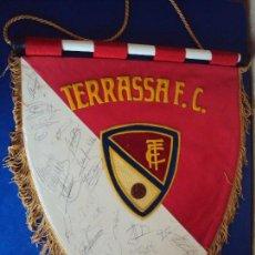Coleccionismo deportivo: (F-161034)BANDERIN TERRASSA F.C.AÑOS 70,FIRMAS ORIGINALES DE LOS JUGADORES. Lote 63327616