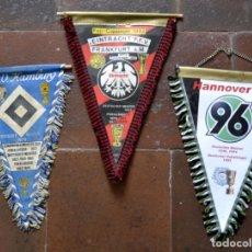 Coleccionismo deportivo: LOTE DE 3 BANDERINES FUTBOL ALEMAN / HAMBURG 1979 / HANNOVER 1996 / EINTRACHT 1992 / ALEMANIA. Lote 85599084