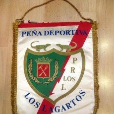 Collezionismo sportivo: ANTIGUO BANDERIN XXVIII ANIVERSARIO PEÑA RAYISTA LOS LAGARTOS, RAYO VALLECANO,1979,41 CMS. Lote 85715720