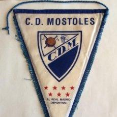 Collezionismo sportivo: BANDERÍN DE TELA. FOOTBALL FÚTBOL. C.D.M. C.D. MÓSTOLES AL REAL MADRID DEPORTIVO.. Lote 85857208