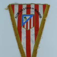 Coleccionismo deportivo: BANDERIN DEL ATLETICO DE MADRID, AÑOS 70 APROX. CON AUTOGRAFOS MANUSCRITOS DE UFARTE, ALBERTO Y OROZ. Lote 86006100