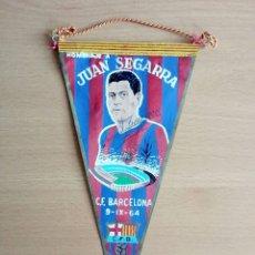 Coleccionismo deportivo: BANDERÍN HOMENAJE A JUAN SEGARRA AUTÓGRAFO 1964 - F. C. BARCELONA BARÇA FIRMA. Lote 91555144