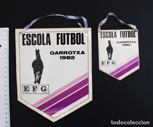 BANDERIN ESCOLA FUTBOL GARROTXA EFG 1982 OLOT GIRONA, 2 BANDERINES CARTON PLASTIFICADO (Coleccionismo Deportivo - Banderas y Banderines de Fútbol)