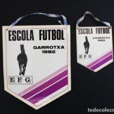 Coleccionismo deportivo: BANDERIN ESCOLA FUTBOL GARROTXA EFG 1982 OLOT GIRONA, 2 BANDERINES CARTON PLASTIFICADO . Lote 92106100