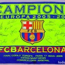 Coleccionismo deportivo: BANDERA DEL BARCELONA FINAL COPA DE EUROPA CON EL ARSENAL ,2005, FIRMADA POR TODOS LOS JUGADORES. Lote 97432563