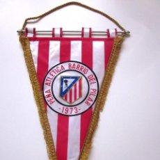 Coleccionismo deportivo: BANDERÍN GRANDE ATLÉTICO DE MADRID PEÑA ATLÉTICA BARRIO DEL PILAR 1973 ACOLCHADO POR DETRÁS.. Lote 97661343