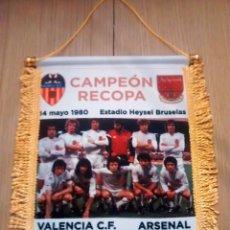 Coleccionismo deportivo: BANDERIN VALENCIA - ARSENAL FINAL RECOPA 1980. Lote 97884035