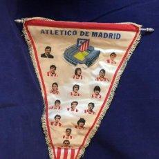 Coleccionismo deportivo: BANDERIN TELA FUTBOL ATLETICO DE MADRID ATLETI PEQUEÑO HISTORIAL AÑOS 70 53X36,5CMS. Lote 98137823