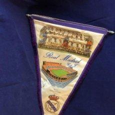 Coleccionismo deportivo: BANDERÍN DE TELA FUTBOL REAL MADRID CLUB DE FÚTBOL CF HISTORIAL DEL EQUIPO 1902-1972 54 X 35 CMS. Lote 98138915