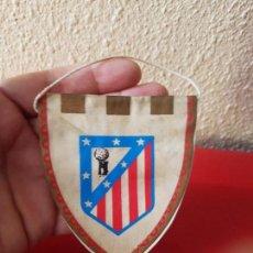 Colecionismo desportivo: ANTIGUO PEQUEÑO BANDERIN DE FUTBOL ATLETICO DE MADRID AÑOS 60 PARA COLGAR COCHE RETROVISOR. Lote 102172675
