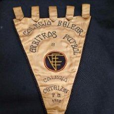 Coleccionismo deportivo: BANDERIN BORDADO - COLEGIO BALEAR ARBITROS FUTBOL A COLEGIO CATALAN - 1958. Lote 103499403