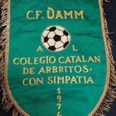 Coleccionismo deportivo: BANDERIN - C.F. DAMM AL COLEGIO CATALAN DE ARBITROS CON SIMPATIA - 1974. Lote 103500703