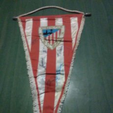 Coleccionismo deportivo: BANDERÍN FÚTBOL ATHLETIC DE BILBAO, FIRMADO, ANTIGUO. Lote 104829456