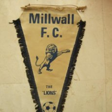 Coleccionismo deportivo: BANDERIN FUTBOL - MILLWALL F.C. - THE LIONS - 47X22. Lote 106770851