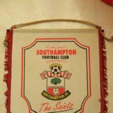 Coleccionismo deportivo: BANDERIN FUTBOL - SOUTHAMPTON FOOTBALL CLUB - THE SAINTS - 32X26. Lote 106771291