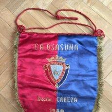 Coleccionismo deportivo: BANDERIN FUTBOL OSASUNA PROCEDENTE COLECCION DOCTOR CABEZA ATLETICO MADRID 1980 AUTOGRAFOS FIRMAS. Lote 107305099