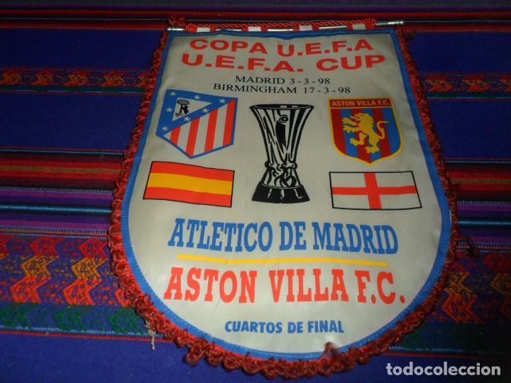 BANDERÍN CLUB ATLÉTICO DE MADRID ASTON VILLA CUARTOS DE FINAL COPA UEFA 1998. DE TELA. MUY RARO. (Coleccionismo Deportivo - Banderas y Banderines de Fútbol)