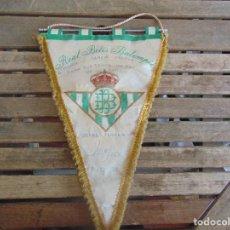 Coleccionismo deportivo: BANDERIN DEL REAL BETIS BALOMPIE FIRMADO Y DEDICADO POR LORENZO SERRA FERRER. Lote 112372255