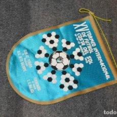 Coleccionismo deportivo: ANTIGUO BANDERÍN - XV TORNEO INTERNACIONAL DE FÚTBOL COSTA DEL SOL 1975 - VINTAGE - ANTIGUO ORIGINAL. Lote 128080218