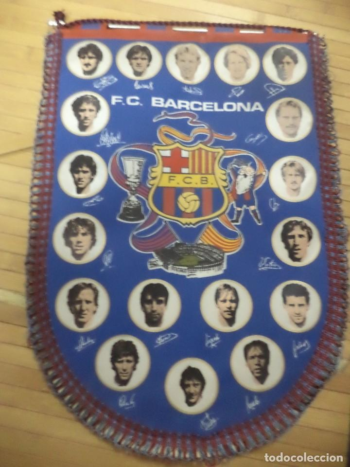 BANDERÍN DEL F.C.BARCELONA TEMPORADA 1984 /85.ARCHIBALD,SCHUSTER,LOBO CARRASCO,VICTOR.... (Coleccionismo Deportivo - Banderas y Banderines de Fútbol)