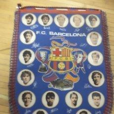 Coleccionismo deportivo: BANDERÍN DEL F.C.BARCELONA TEMPORADA 1984 /85.ARCHIBALD,SCHUSTER,LOBO CARRASCO,VICTOR..... Lote 113996083