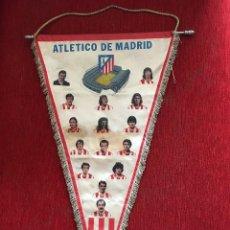 Coleccionismo deportivo: ANTIGUO Y GRANDE BANDERIN ATLETICO MADRID JUGADORES CON HISTORIAL DE TROFEOS AYALA REINA GARATE LUIS. Lote 114204399