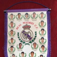 Coleccionismo deportivo: BANDERIN PRODUCTO OFICIAL REAL MADRID JUGADORES TEMPORADA 1994 1995 CAMPEONES DE LIGA. Lote 114217775