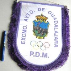 Coleccionismo deportivo: BANDERIN PENNANT AYUNTAMIENTO DE GUADALAJARA P.D.M. HERALDICO GRANDE 33 X 28 CM. Lote 116062975