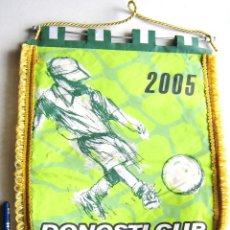 Coleccionismo deportivo: BANDERIN PENNANT DONOSTI CUP 2005 SAN SEBASTIAN TORNEO FUTBOL BASE 40 X 28 CM. Lote 116066783