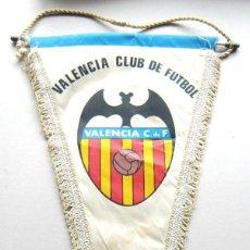 Coleccionismo deportivo: BANDERIN PENNANT VALENCIA CF FUTBOL GRANDE + FIRMADO POR JUGADOR 45 X 25. Lote 116070887
