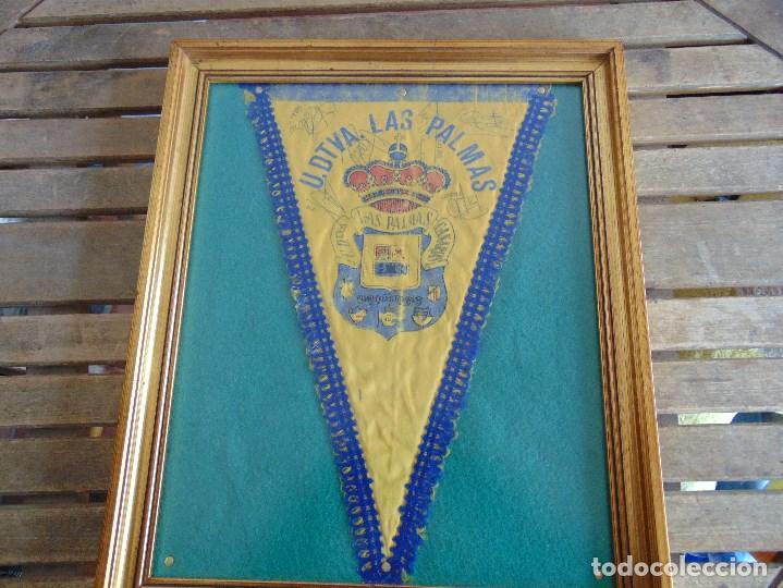 BANDERIN ENMARCADO DE LA UNION DEPORTIVA LAS PALMAS FIRMADO POR VARIOS FUTBOLISTAS (Coleccionismo Deportivo - Banderas y Banderines de Fútbol)