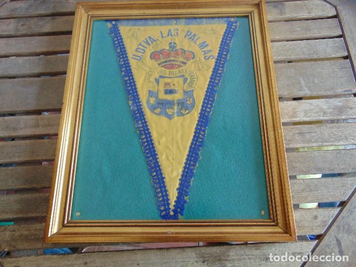 Coleccionismo deportivo: BANDERIN ENMARCADO DE LA UNION DEPORTIVA LAS PALMAS FIRMADO POR VARIOS FUTBOLISTAS - Foto 2 - 118284371