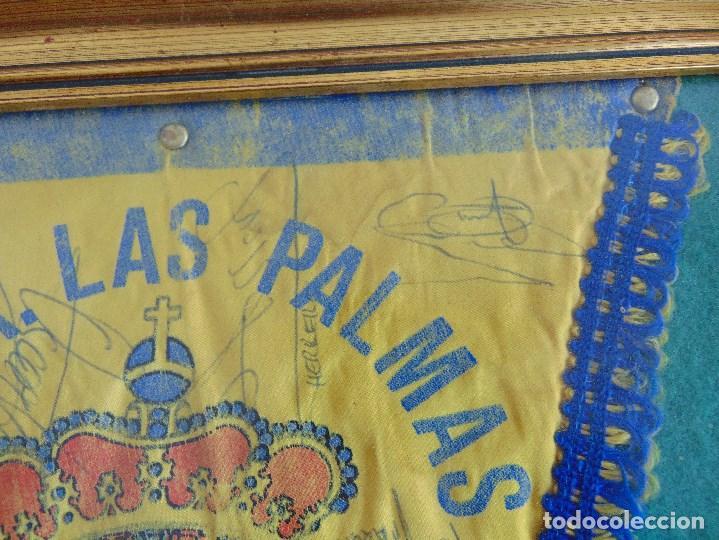 Coleccionismo deportivo: BANDERIN ENMARCADO DE LA UNION DEPORTIVA LAS PALMAS FIRMADO POR VARIOS FUTBOLISTAS - Foto 4 - 118284371