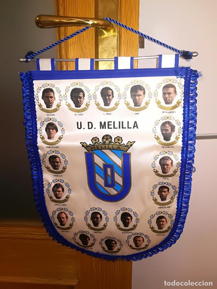 U. D. MELILLA - BANDERIN CON JUGADORES - TEMP. 1993/94 - PERTENECIA AL PORTERO JOSE LUIS MONTES (Coleccionismo Deportivo - Banderas y Banderines de Fútbol)