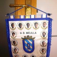Coleccionismo deportivo: U. D. MELILLA - BANDERIN CON JUGADORES - TEMP. 1993/94 - PERTENECIA AL PORTERO JOSE LUIS MONTES. Lote 124610298