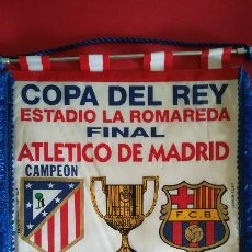Collezionismo sportivo: BANDERIN HISTÓRICO ATLETICO DE MADRID 1 FC BARCELONA 0 FINAL COPA DEL REY 1996 LA ROMAREDA ZARAGOZA. Lote 119770647