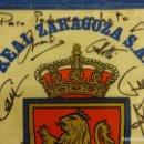 Coleccionismo deportivo: REAL ZARAGOZA S.A.D. BANDERÍN CON FIRMAS ORIGINALES. MIDE 56 CTMS. DE LARGO. Lote 121750335