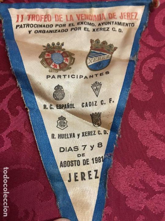 Coleccionismo deportivo: BANDERIN II TROFEO FUTBOL DE LA VENDIMIA DE JEREZ AÑO 1981 - XEREZ - CADIZ - HUELVA - ESPAÑOL - Foto 2 - 121809843