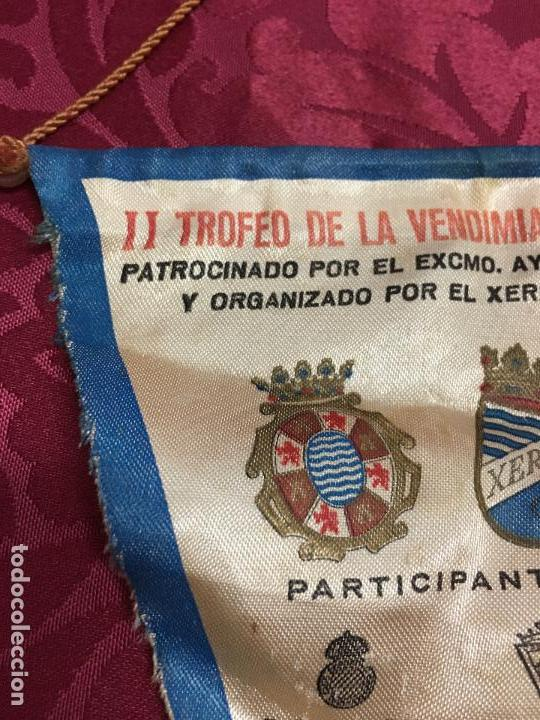 Coleccionismo deportivo: BANDERIN II TROFEO FUTBOL DE LA VENDIMIA DE JEREZ AÑO 1981 - XEREZ - CADIZ - HUELVA - ESPAÑOL - Foto 3 - 121809843