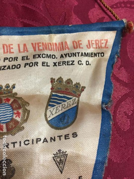 Coleccionismo deportivo: BANDERIN II TROFEO FUTBOL DE LA VENDIMIA DE JEREZ AÑO 1981 - XEREZ - CADIZ - HUELVA - ESPAÑOL - Foto 4 - 121809843
