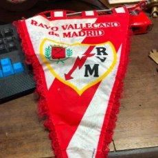 Coleccionismo deportivo: BANDERIN RAYO VALLECANO DE MADRID FIRMADO POR LOS JUGADORES, DESCONOZCO LA TEMPORADA. Lote 126535835