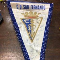 Coleccionismo deportivo: BANDERIN FIRMADO POR LA PLANTILLA DEL C.D. SAN FERNANDO - FUTBOL - MEDIDA 47,5 CM. Lote 126592675